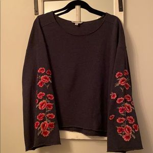Cropped sweatshirt w/embroidered roses on sleeves